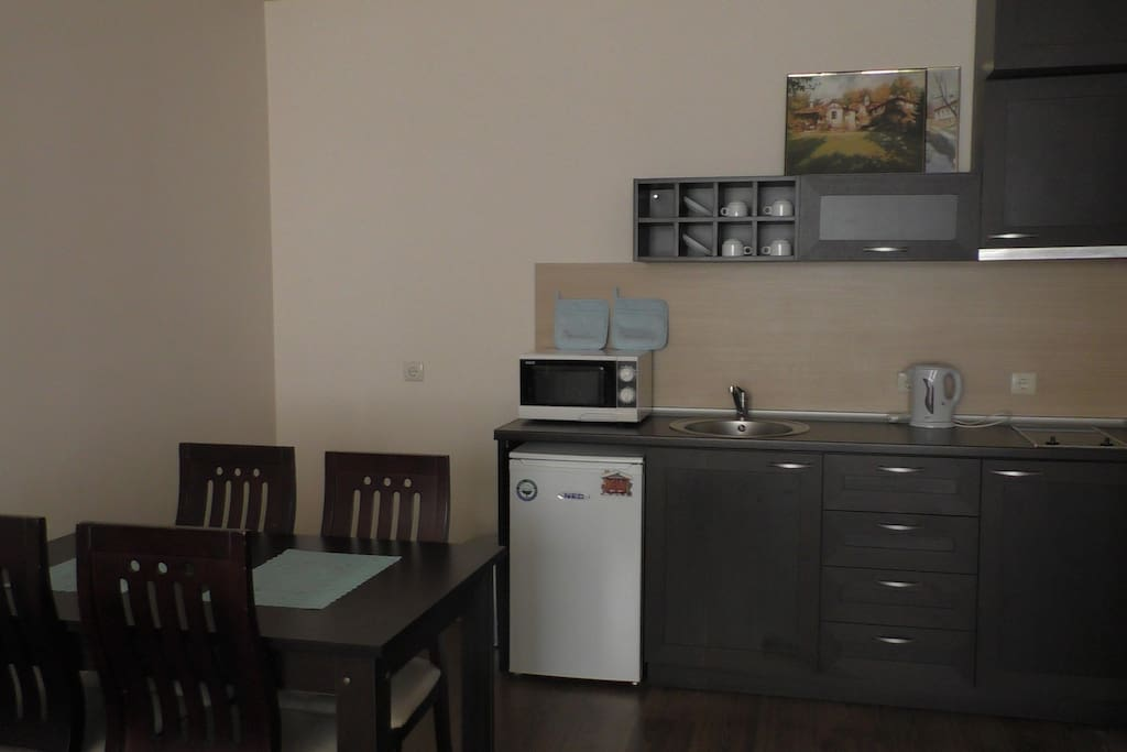 Fully equipped kitchen with dinner area