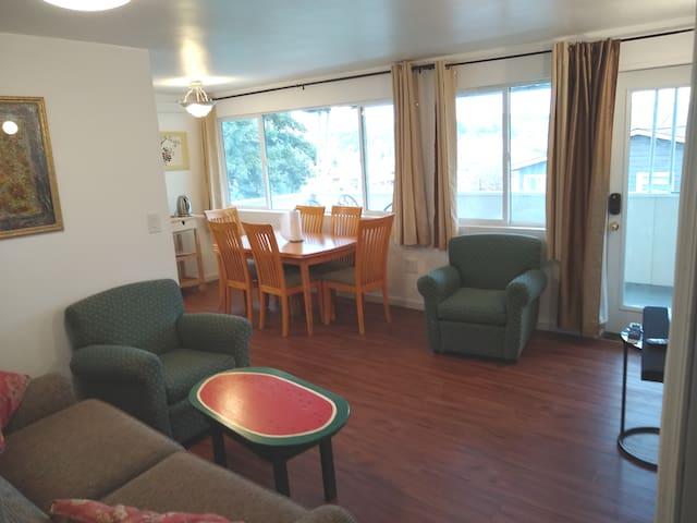 1950 light and quiet 3 bed guest suite, SE Seattle