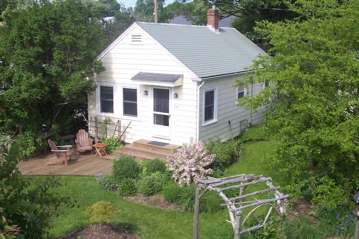Walk to beach from 2 bdrm cottage - Middletown - Hus