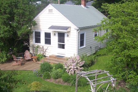 Walk to beach from 2 bdrm cottage - Middletown - House
