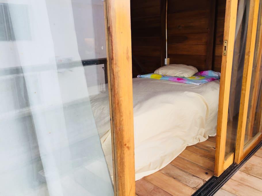 desde el balcón. Habitación #2 segunda planta, una litera, una cama