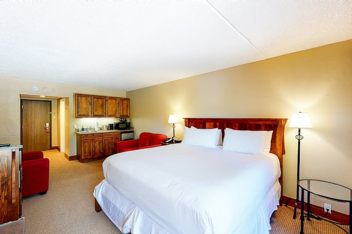 Ski-in/ski-out, valley view hotel room with WiFi & shared hot tub, pool, gym!