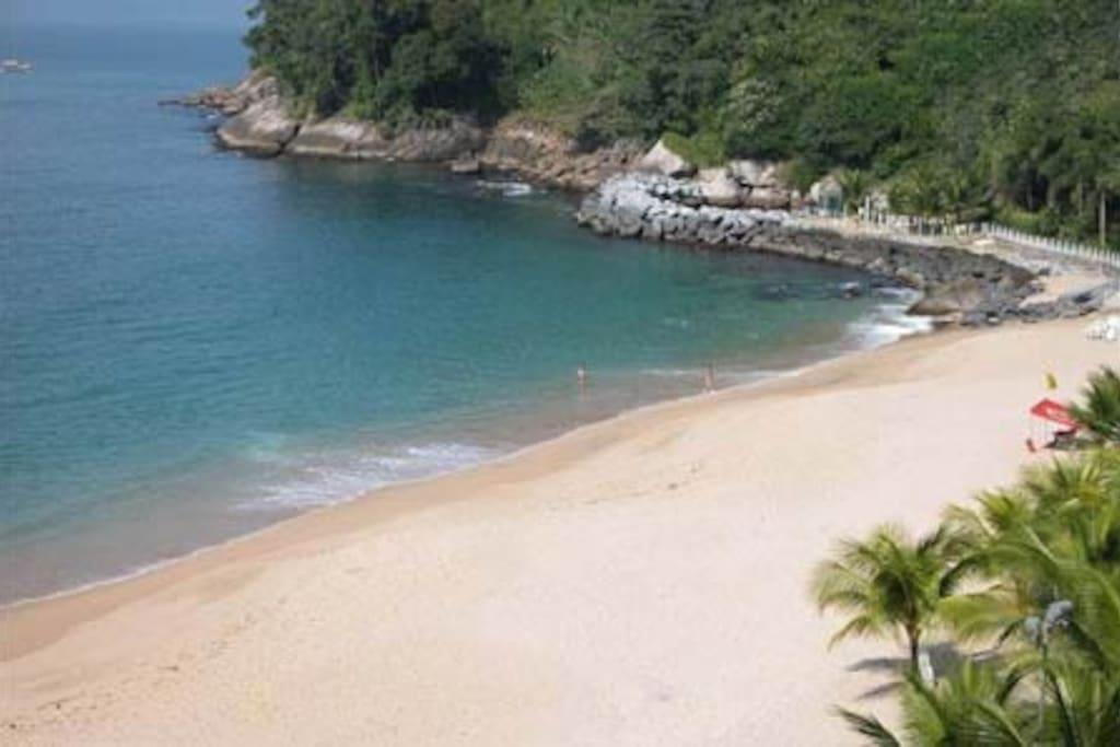 Praia com churrasqueira alem de pequena cachoeira e area para pescaria