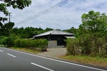 Easy to find - between bus stops 112 and 113 県道沿いなので、迷わずに見つける事ができます。