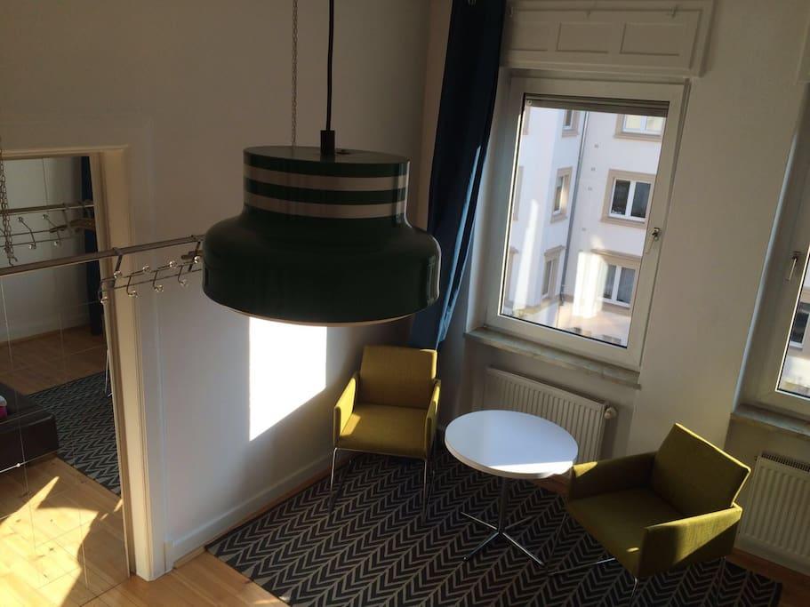 Airbnb-Zimmer mit eigener Sitzecke, Jalousien vorhanden
