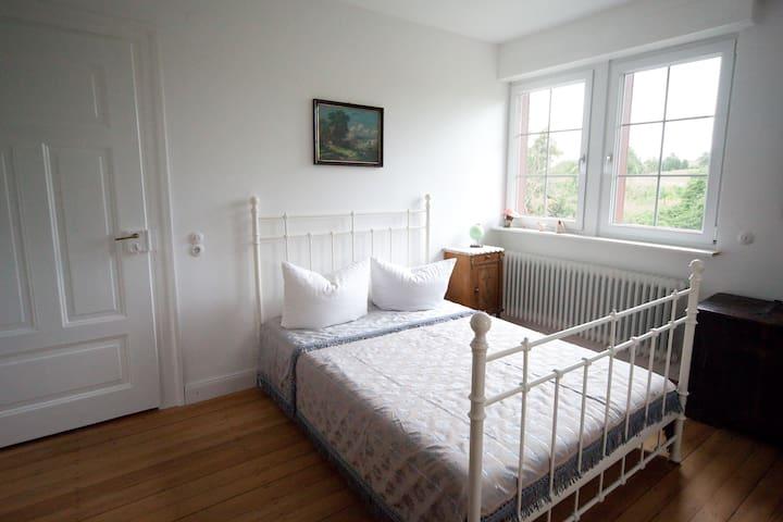 Das Schlafzimmer mit Naturlatex-Matratze..