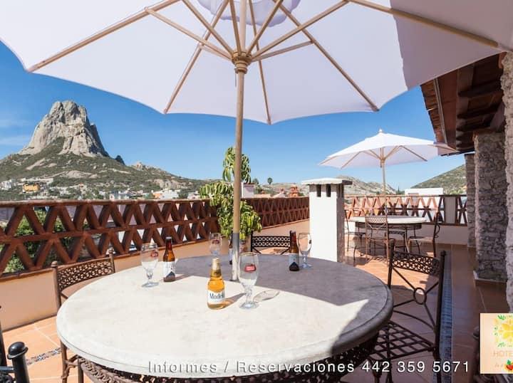 Hotel-ito habitacionTerraza con vista a la peña 13