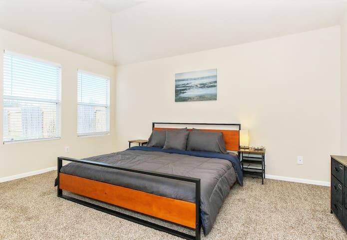-Master Bedroom- *King Bed *Vaulted Ceilings *Large Walk-in Closet *En-suite Bathroom *Storage Dresser *Side table with Lamp *Venetian blinds *Ceiling Fan