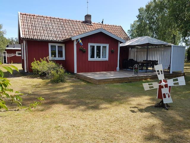 Mysig sommarstuga mitt i Löttorp