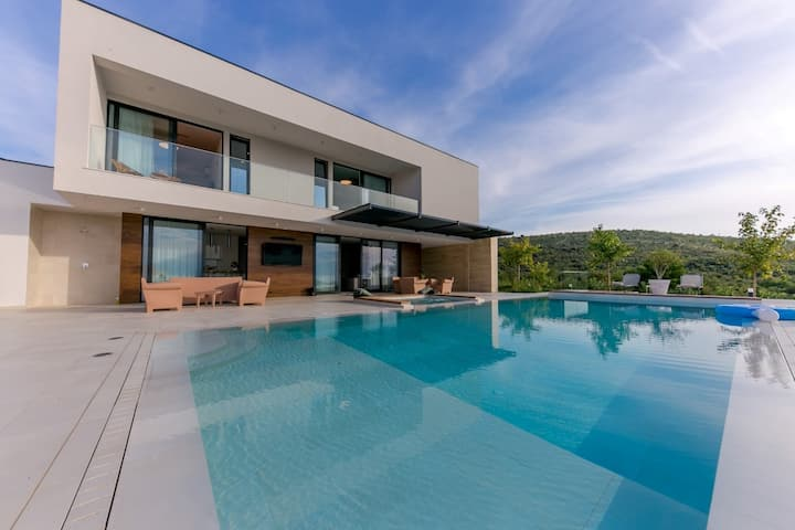 Luxury villa in Primošten with heated pool