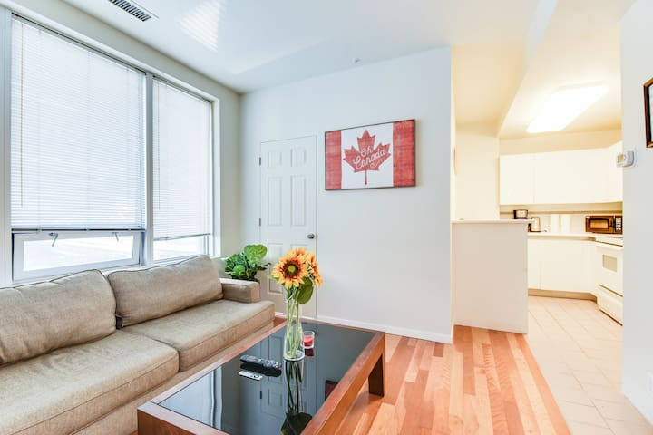 Great Location! Cozy 2BR in the heart of Downtown!