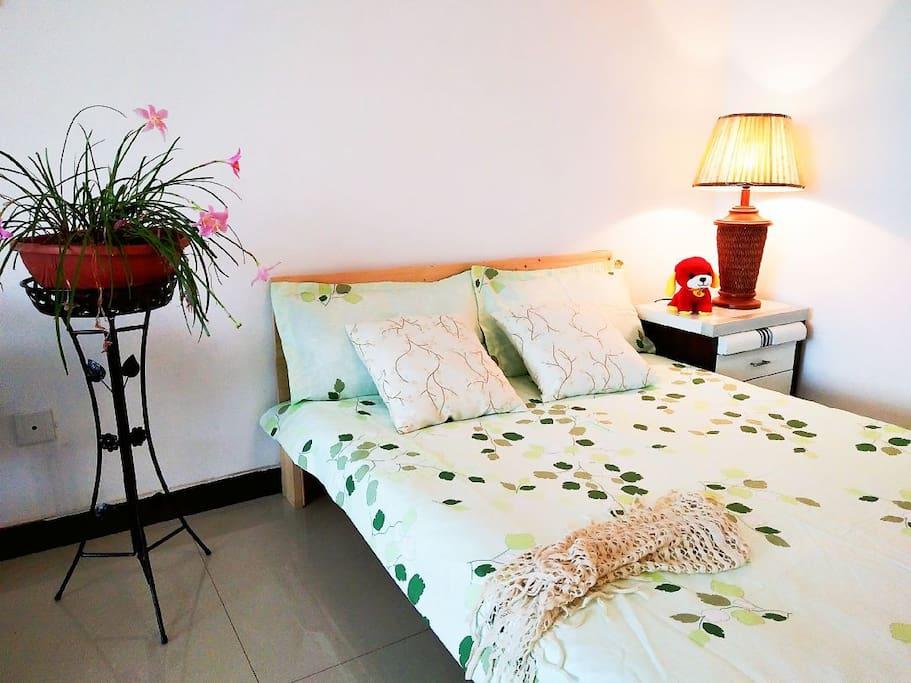 客厅里一张1米35的床,暖暖的台灯,温馨,静谧。