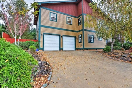 Lovely 3BR Brookings House w/Private Hot Tub! - Brookings