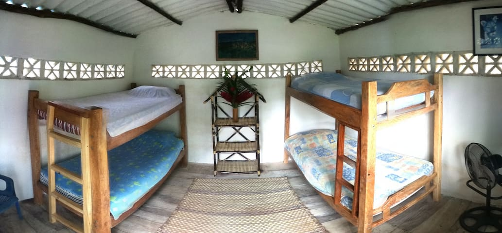 bunkbeds room  surrounded by nature - Guachaca - Ház