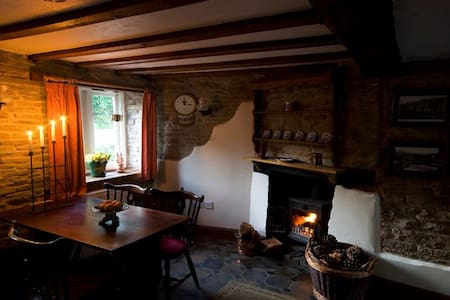 Romantic cosy holiday cottage - Kington