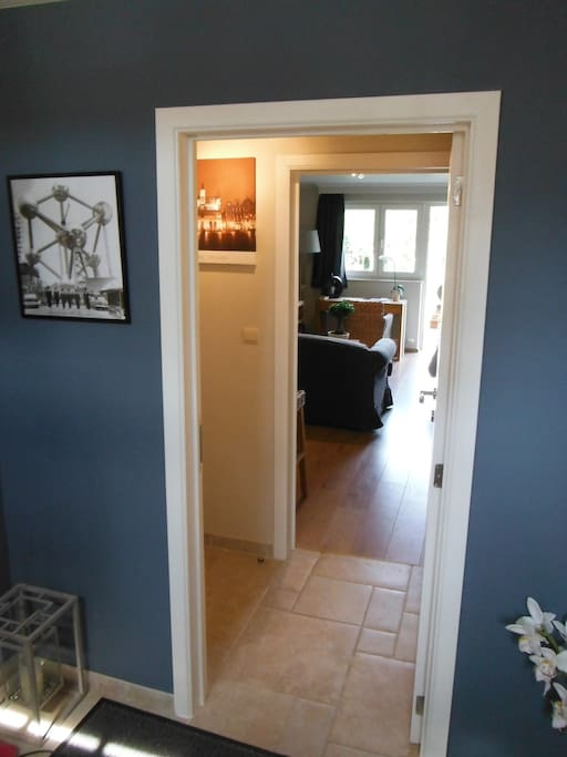 Entrée et petit couloir avec toilette séparée de la salle de bain et le dressing avec un coffre-fort