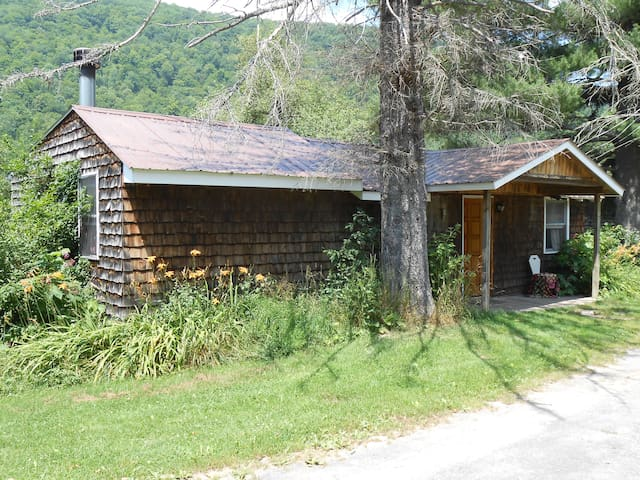 Three Bedroom cabin with deck, mountain views and wood burning Fireplace