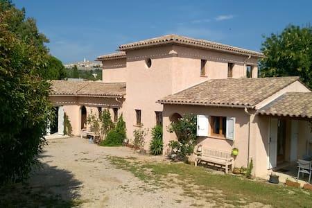 Jolie maison dans écrin de verdure - House