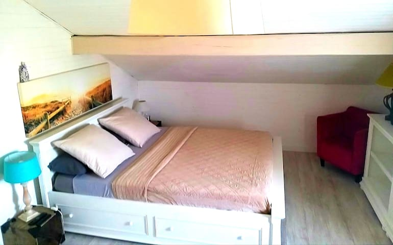chambre d'une superficie de 20 m2 avec un lit 160×200 matelas Bultex neuf, équipée d'une TV HD avec connexion Netflix et rangements divers.