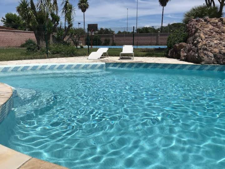 casa independiente con piscina y zona deportiva