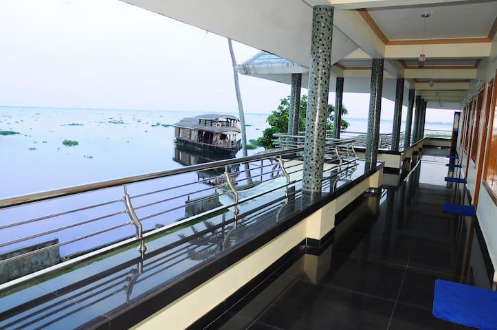 Cosy Lake Villa