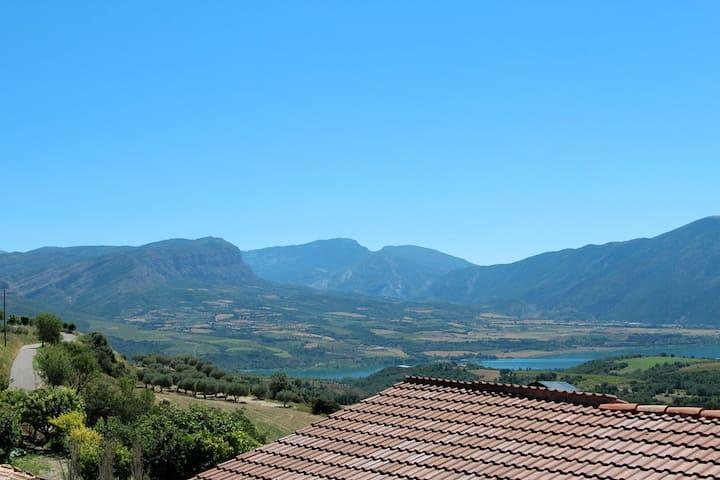 Vistas fantásticas, montaña y lago