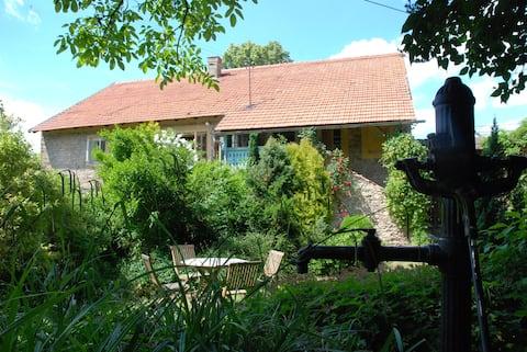 Stilfuldt Farm House i nærheden af Prag ideel til familier