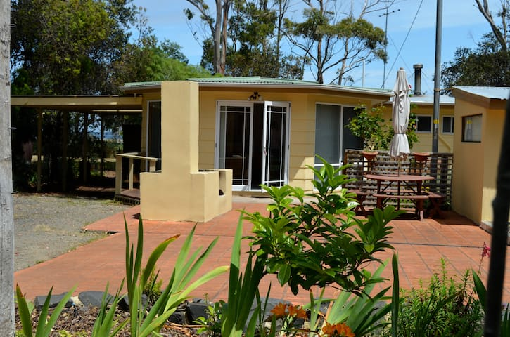 Beachfront 3 bedroom sunny and comfy house - Garden Island Creek - Huis