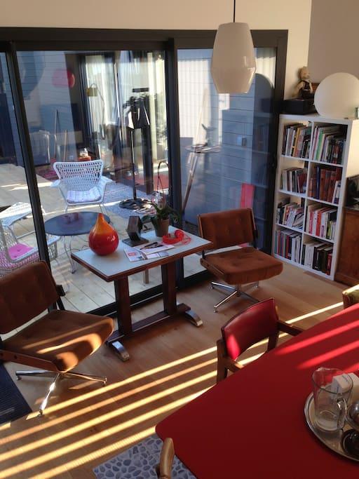 La preuve qu'il peut faire beau en Normandie Les stores laissent passer la lumière dans le salon.