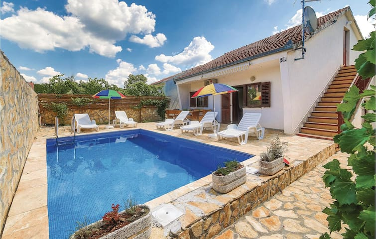 Holiday cottage with 2 bedrooms on 71m² in Primorski Dolac