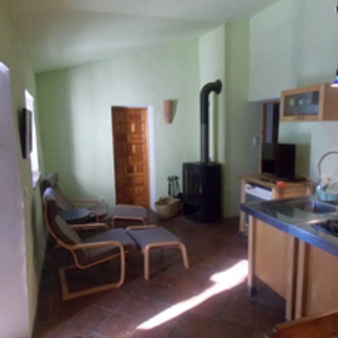 Wohnküche mit Kaminofen, Fernseher