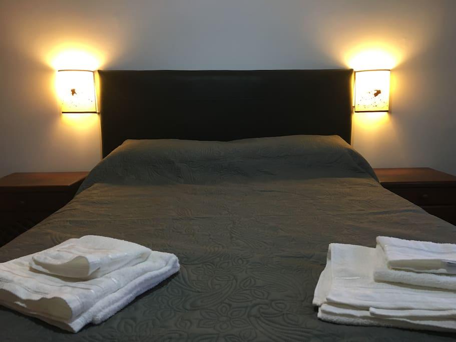 Habitación principal con cama matrimonial, TV, Aire Acondicionado. Con ventana al Bv. San Juan.