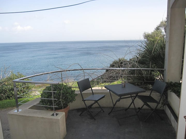 Appartement face à la mer dans un petit hameau