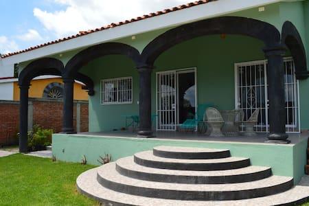 Casa con pedacitos de México