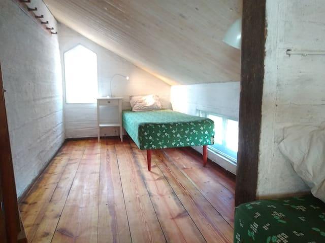 Övre lilla sovrummet