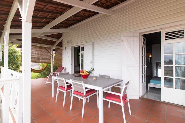 terrasse avec table à manger