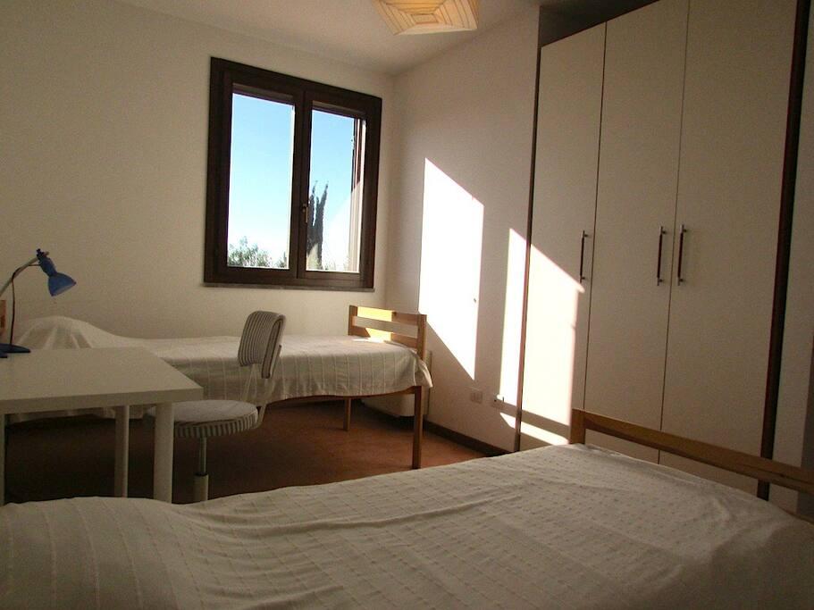 Camera al primo piano con letti singoli, armadio e scrittoio
