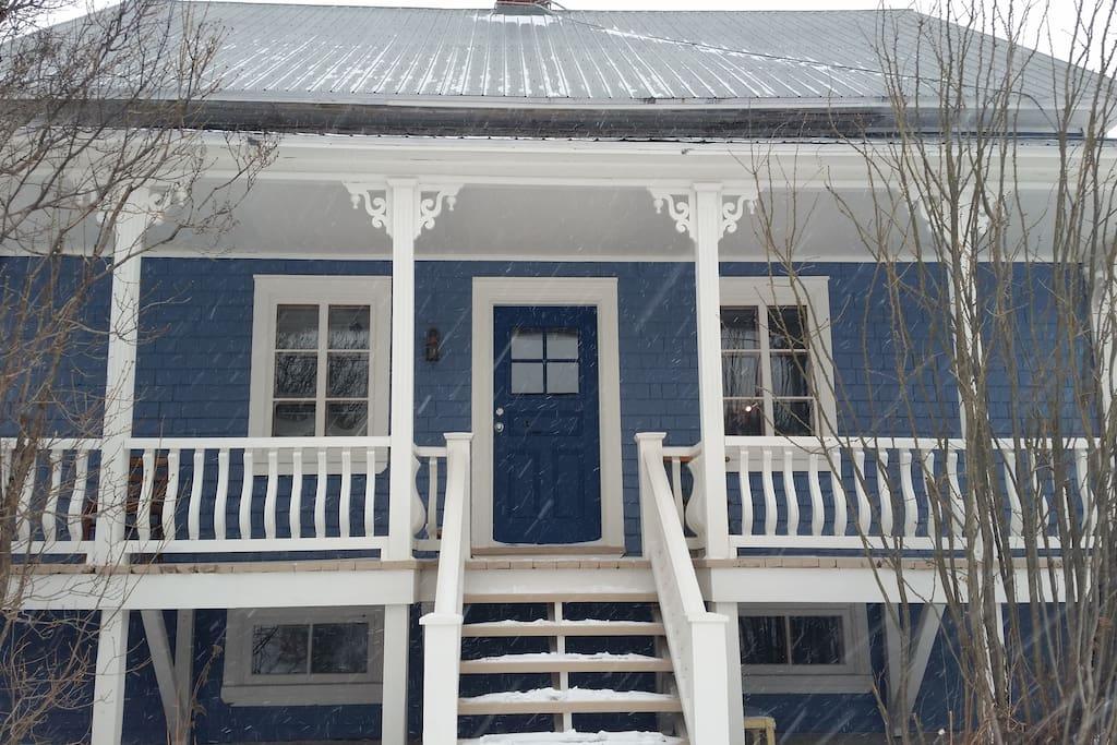 La façade de la maison en hiver