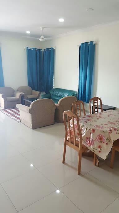 Ruang tamu dan ruang makan yang luas