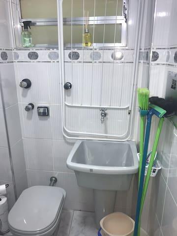 Vista do vaso sanitário e tanque