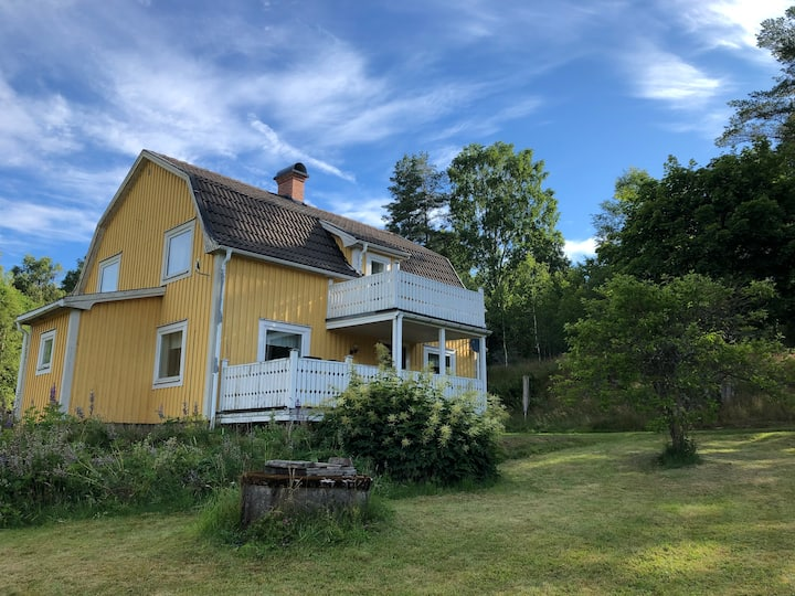 Hus med sjöutsikt och båt på norska gränsen