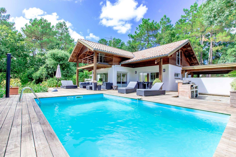 Bienvenue dans notre Villa Amani où il fait si bon vivre et se ressourcer.  C'est une maison d'architecte s'inspirant de l architecture landaise traditionnelle, remise au goût du jour !