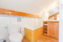 Petite SDB mansardée/WC avec baignoire.