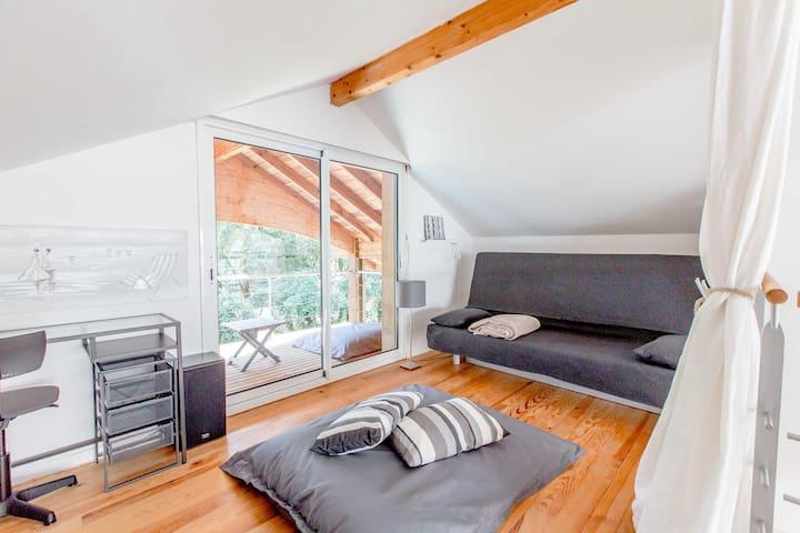 Couchage confortable 140*200 sur le clic-clac, rideau pour l'intimité, balcon et grands coussins de sol.