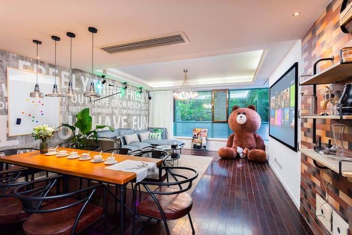 『扣肉民宿&Boss Cafe』巨型布朗熊玩偶,可住6人,近新博览,磁悬浮、2/7/16号线直达