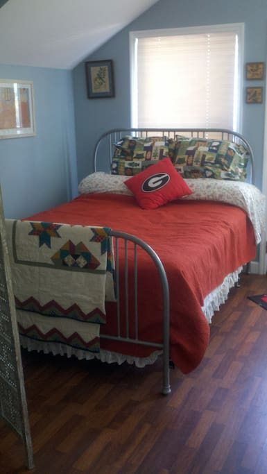 Main queen bed...comfortable and warm.Extra blankets provided, too.