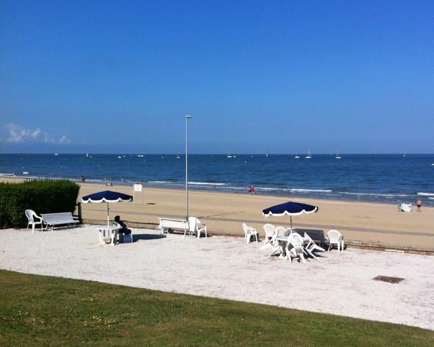 La terrasse devant la plage