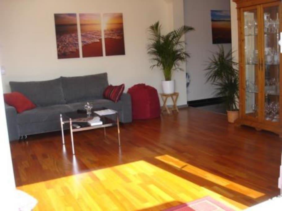 Wohnraum - ausziehbare Schlafcouch in hoher Qualität (1,65mx2,15m), 2 Sitzsäcke, Fußbodenheizung, LED Beleuchtung