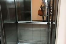 El edificio cuenta con 2 ascensores y con grupo electrógeno en áreas comunes. Matafuego en espacios comunes y detector de humo