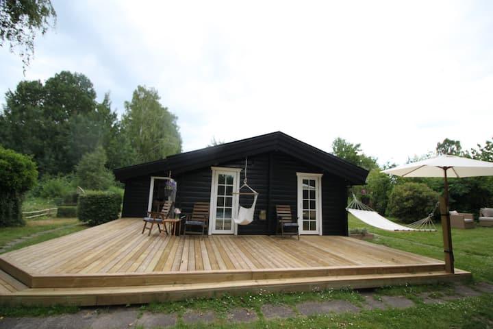 Hyggeligt hus med bålplads, åløb og 2 kanoer